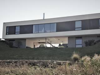 Nordfassade: moderne Häuser von grmw