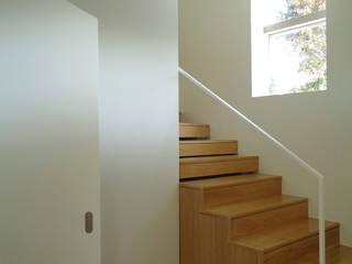 Couloir et hall d'entrée de style  par FORA Arquitectos, Moderne