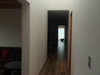 pasillo con lucarna : Pasillos y hall de entrada de estilo  por Vinci studio