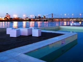 piscina con solarium humedo: Piletas de estilo  por VHA Arquitectura