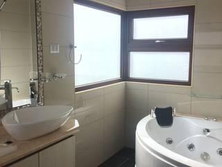 baño principal: Baños de estilo mediterraneo por Vinci studio
