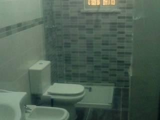 Renovação de Casa de banho em Sarilhos Grandes:   por LCMM 24 Horas e Remodelações