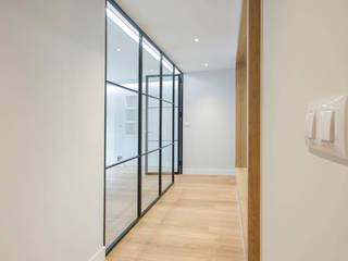 Reforma de vivienda La Coruña por Arquifactoría Pasillos, vestíbulos y escaleras de estilo moderno de Irrazábal |studio| Moderno