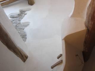 scorcio della scala di accesso soppalco: Ingresso & Corridoio in stile  di Impresa Panizzolo srl