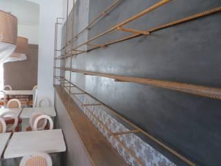 espositori a parete e lavagna: Bar & Club in stile  di Impresa Panizzolo srl