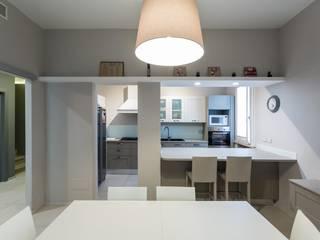 Modern kitchen by km 429 architettura Modern