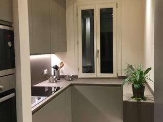 Ristrutturazione appartamento a Venezia Rialto: Cucina in stile in stile Moderno di Archinterni