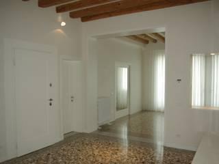 Ristrutturazione appartamento a Venezia : Ingresso & Corridoio in stile  di Archinterni