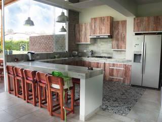 Una CASA DE CAMPO para soñar Cocinas de estilo rústico de malu goni Rústico