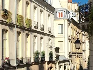 Écrin chic au coeur du Marais: Maisons de style  par Catherine Plumet Interiors