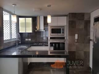 Remodelación departamento: Cocinas de estilo moderno por Juvier SA de CV