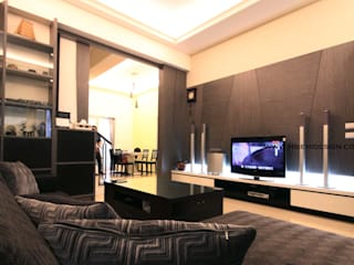 高雄鳳山 周公館 现代客厅設計點子、靈感 & 圖片 根據 協億室內設計有限公司 現代風
