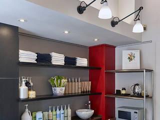 Progettazione negozio Hairstyling a Milano: Spazi commerciali in stile  di A&ZETA STUDIO ARCHITETTURA E DESIGN