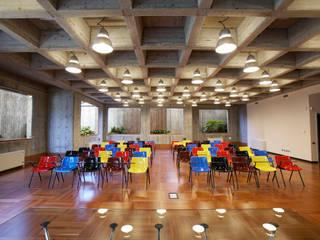 Sala riunioni - interrato: Sala multimediale in stile  di A&ZETA STUDIO ARCHITETTURA E DESIGN