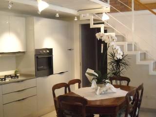 Recupero di appartamento nel centro storico di Bologna: Soggiorno in stile in stile Moderno di Architetto Andrea Scimè
