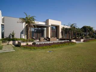 SINGLE FAMILY FARM HOUSE, NEW DELHI:  Houses by ashu paul associates