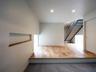 HOUSE IN MARUGAME 高倉設計事務所 モダンスタイルの 玄関&廊下&階段 タイル 白色