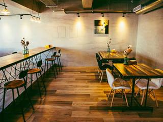 Bars & clubs originaux par 七輪空間設計 Éclectique