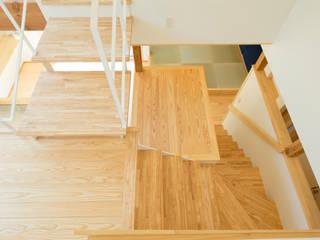 Pasillos, vestíbulos y escaleras de estilo ecléctico de 建築設計事務所RENGE Ecléctico