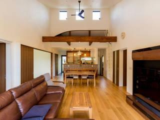 綾の住宅: ㈱姫松建築設計事務所が手掛けたリビングです。,