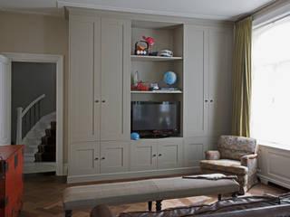 Tailor-made kasten, met strakke panelen en klassieke lijst en plint:  Kinderkamer door Vonder