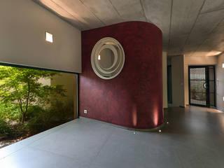 Création Maison / Le Tholonet Couloir, entrée, escaliers méditerranéens par Atelier Jean GOUZY Méditerranéen