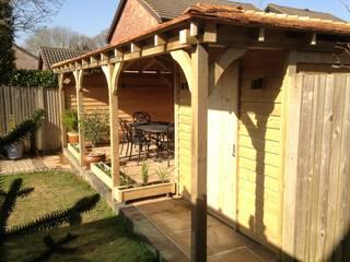 Gazebo & Garden Storage Miniature Manors Ltd Balcone, Veranda & Terrazza in stile classico Legno