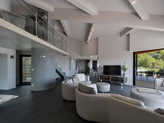Réinvention Maison / La Cadière d'Azur: Salon de style  par Atelier Jean GOUZY