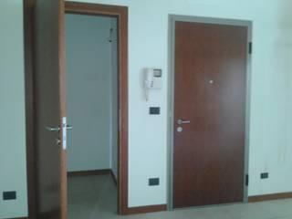 l'ingresso prima dell'intervento: Ingresso & Corridoio in stile  di Studio Dalla Vecchia Ing&Arch Associati