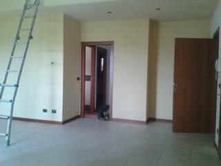 l'accesso alla zona notte prima dell'intervento: Ingresso & Corridoio in stile  di Studio Dalla Vecchia Ing&Arch Associati
