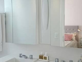 Apartamento casal: Banheiros  por Paula  Makdissi arquitetura e interiores