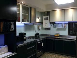 Vista de la cocina luego de la reforma y remodelación.:  de estilo  por De Signo +