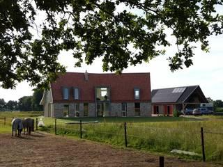 Vrijstaande woning in het landschap:  Huizen door Architectenbureau Jules Zwijsen, Modern