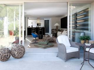 TIEMBLO HOUSE Balcones y terrazas industriales de james&mau Industrial