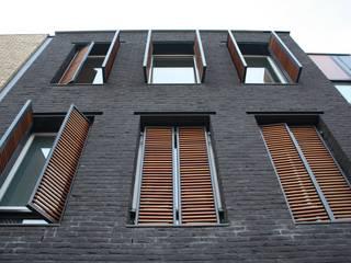 Grachtenpand Krimpen aan den IJssel:  Ramen door Architectenbureau Jules Zwijsen, Modern
