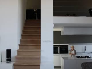 Hoekwoning Boddenkamp Enschede:  Woonkamer door Architectenbureau Jules Zwijsen, Modern