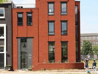Hoekwoning Boddenkamp Enschede:  Huizen door Architectenbureau Jules Zwijsen, Modern