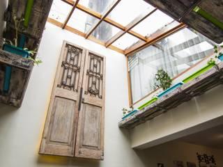 Modern living room by FRANCO CACERES / Arquitectos & Asociados Modern