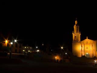 Parroquia de San Miguel, plaza exterior.:  de estilo  por Icaro Studio