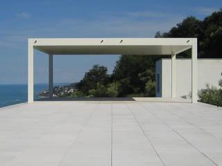 la casa che guarda il mare: Case in stile  di studio di achitettura