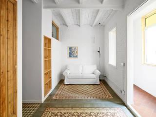 Ponsich. Reforma de una vivienda en l'Hospitalet Salones de estilo escandinavo de Oliveras Boix Arquitectes Escandinavo