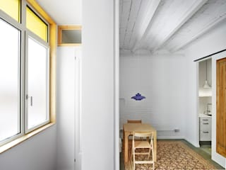 Ponsich. Reforma de una vivienda en l'Hospitalet Comedores de estilo escandinavo de Oliveras Boix Arquitectes Escandinavo