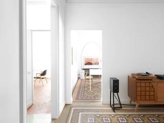 Reforma de una vivienda en el Gótico Salones de estilo escandinavo de Oliveras Boix Arquitectes Escandinavo
