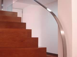 Couloir, entrée, escaliers modernes par Emprofeira - empresa de projectos da Feira, Lda. Moderne