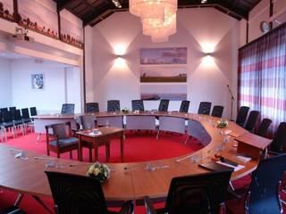 Raadzaal: moderne Studeerkamer/kantoor door Brenda van der Laan interieurarchitect BNI