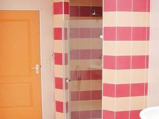 Badkamer met warme kleuren.: moderne Badkamer door Brenda van der Laan interieurarchitect BNI