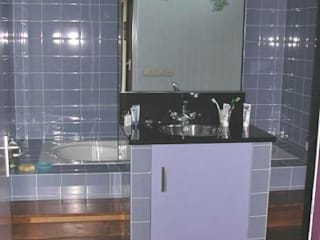 Badkamer met hout: moderne Badkamer door Brenda van der Laan interieurarchitect BNI