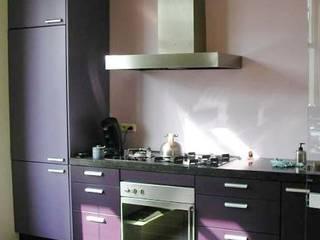Paarse keuken.: moderne Keuken door Brenda van der Laan interieurarchitect BNI
