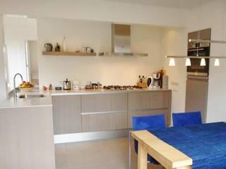 nieuwe keukenindeling.: moderne Keuken door Brenda van der Laan interieurarchitect BNI