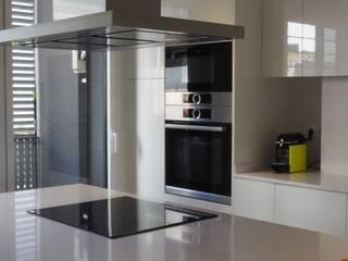 Grupo Inventia Cocinas de estilo moderno Aluminio/Cinc Metálico/Plateado